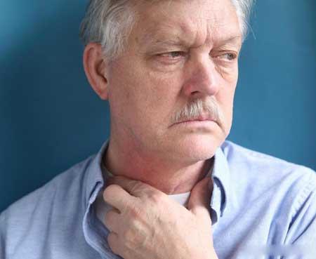 Люди с дисфагией испытывают затруднения при глотании.