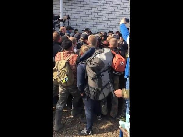 Шиес Полицейский хватается за кобуру 25 мая