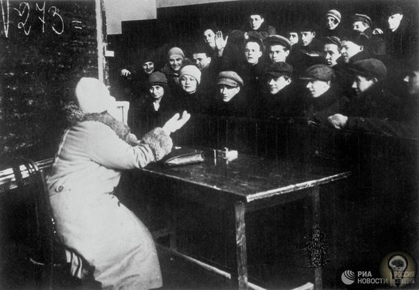 Рабочий факультет Рабочий факультет (сокращённо рабфа́к) учреждение системы народного образования в СССР (курсы, позже собственно факультеты), которое подготавливало рабочих и крестьян для