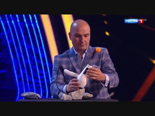 Победитель шоу #УдивительныеЛюди уравновесил работающий фен с шариком для пинг-понга.
