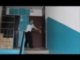 Вите надо выйти))прикол пьяный мужик упал с лестницы.mp4