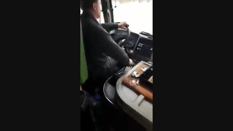 Злой водитель не стал высаживать женщину на её остановке