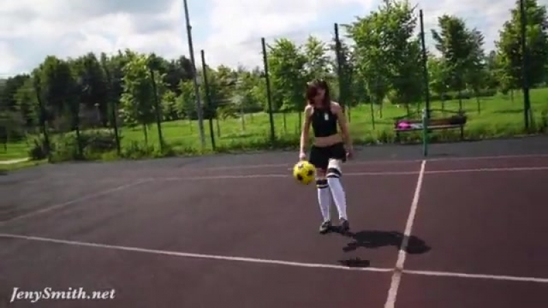 Experienced football player Jeny Smith has better ball control when her pussy is naked - Еротика