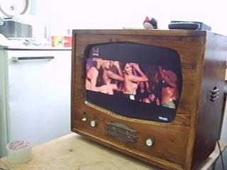 Телевизор в стиле ретро из матрицы от монитора.