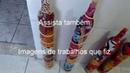 Garrafa de canto de sala colorida e com flores