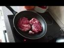 Папа жарит мясо.