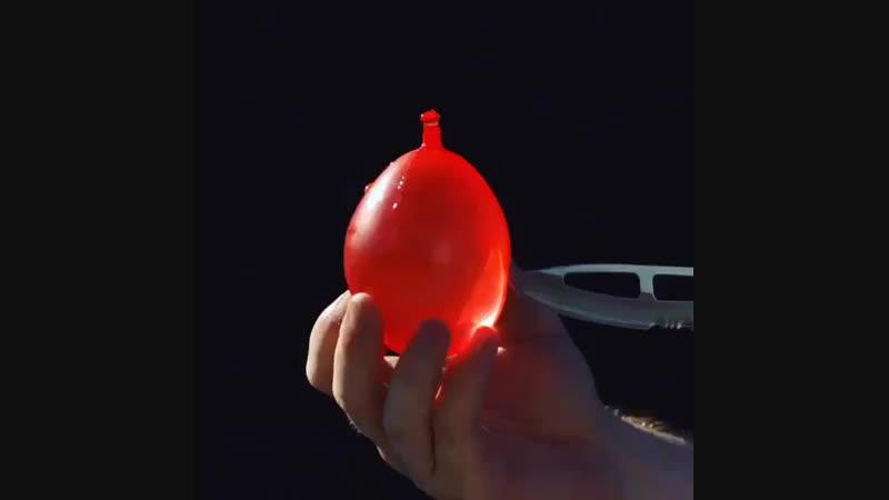 Лопаем шарик с водой в слоумо