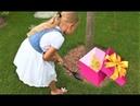 Алиса нашла КЛАД в саду под деревом Игрушки и детские украшения с сюрпризами