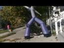 Танцующий большой воздухом накаченный парень