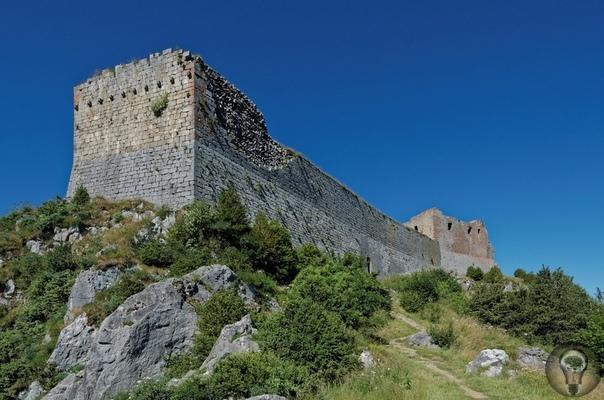 Замок Монсегюр и Чаша Грааля В 1232 году катары нашли приют у хозяиназамка МонсегюрРаймонда де Перейля/Raymond de Péreille. Этот замок ему отдала в 1187 году графиня де Фуа