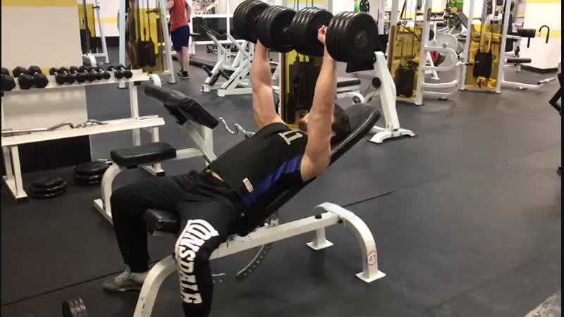 Тренировка груди с акцентом на верхнюю часть грудных мышц