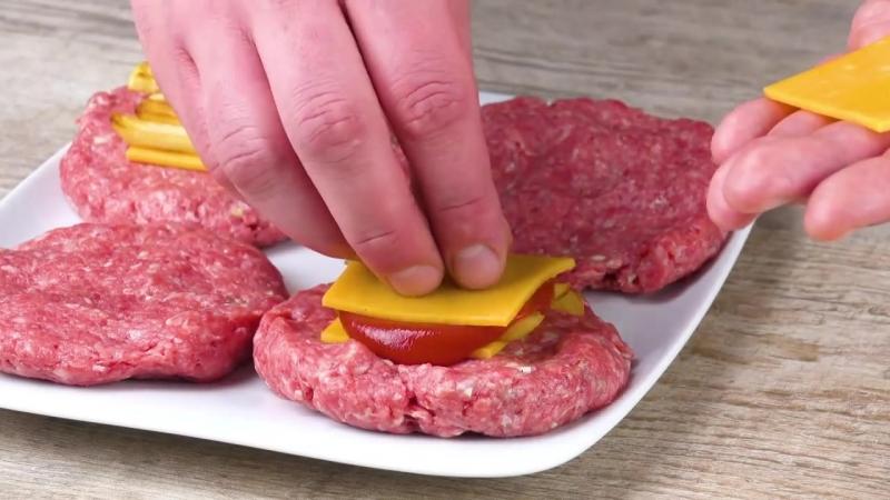 Почему бы не положить кетчуп и картошку ВНУТРЬ котлеты Супер бургер
