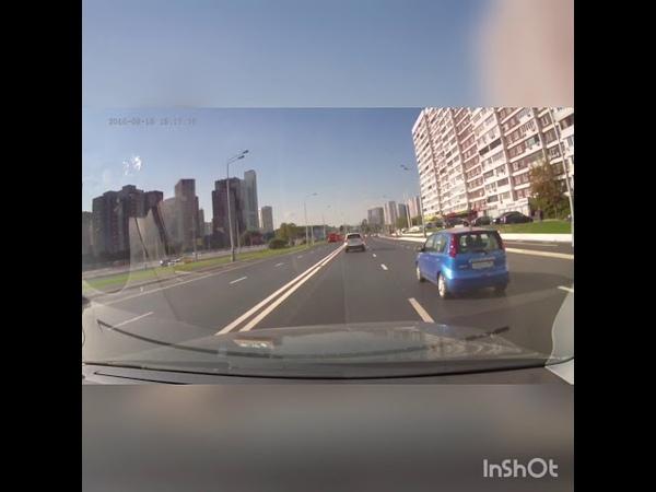 Что бывает, если наскочить на люк. В Москве Mercedes Benz S-класса взлетел, врезался в опору моста и загорелся