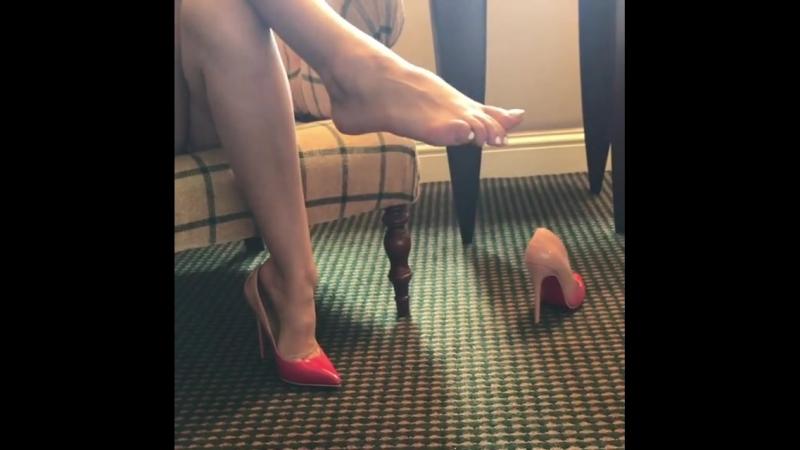 Скинула туфельки. Put off her heels