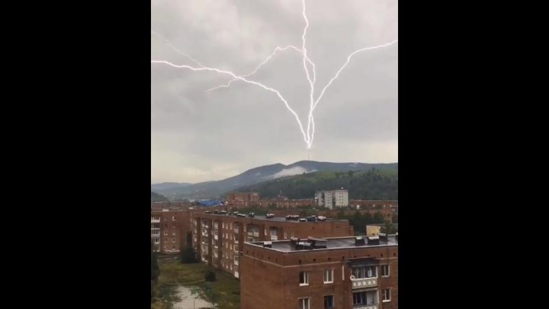 Зрелищный удар редкой восходящей молнии в Таштаголе, Кемеровская область. 27 июня 2018