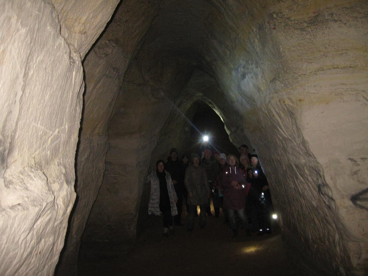 По берегу реки Оредеж. Борщовские пещеры - самые красивые и высокие пещеры Ленобласти.