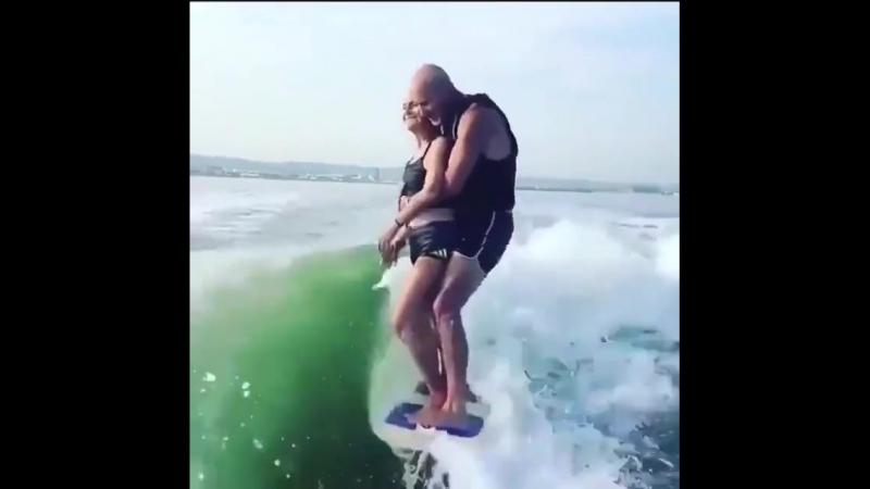 👍🤔👍* Мама 82 года с сыном на сёрфе *👍🤔👍