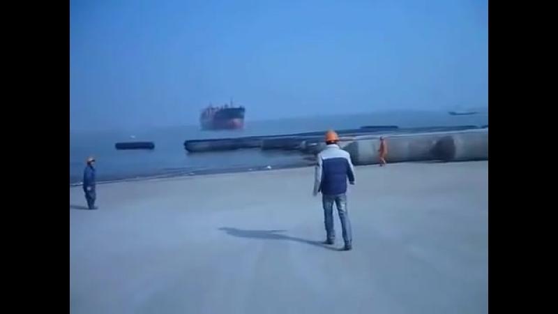 Китайцы спускают огромный корабль на воду