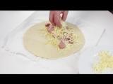 Закрытая пицца с сыром и сосисками