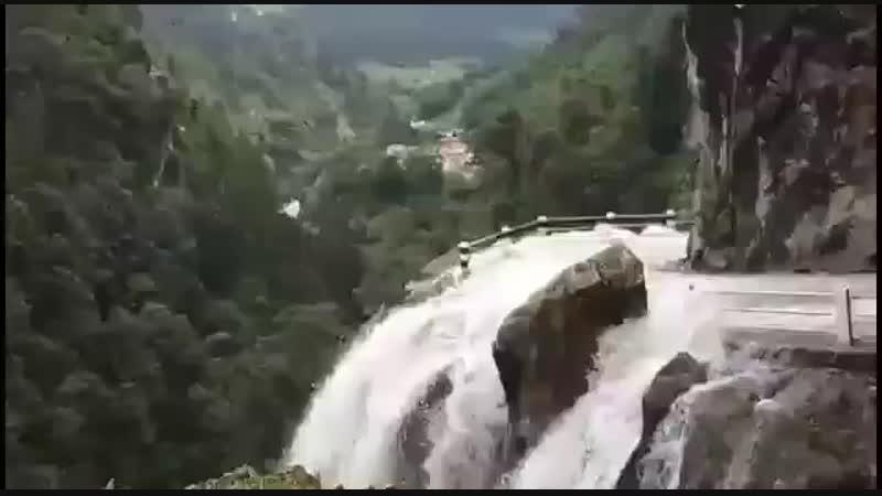 Шокирующая поездка над пропастью через водопады