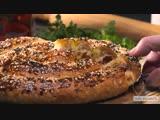Быстрый пирог Улитка из слоеного теста с сыром и ветчиной