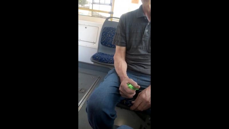 Взрослый мужчина залипает в игрушку-антистресс😂