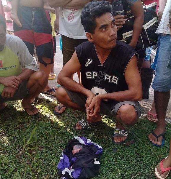 Мать выбросила новорожденных близняшек из окна движущегося авто В провинции Восточный Негрос, Филиппины, местные жители услышали плач и, пойдя в направлении звуков, нашли на обочине