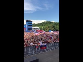 Болельщики поют гимн России в фанзоне перед стартом матча с Испанией