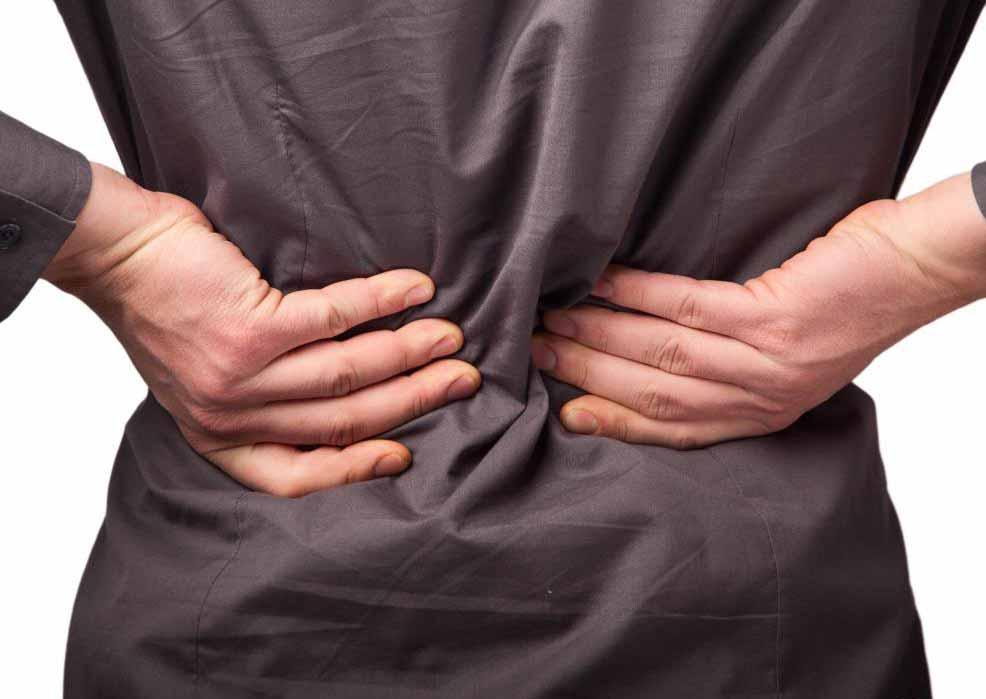Тяжелые хронические боли в пояснице часто лечат с помощью нервного блока в поясничном сплетении.