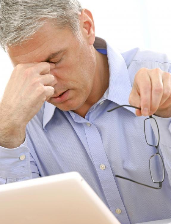 Эксперты советуют, чтобы люди в возрасте 62 лет и старше имели ежегодный скрининг зрения.