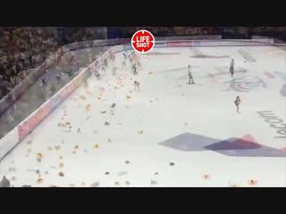 Японскому фигуристу Юдзуру Ханю «набросали» на лёд 30 мешков плюшевых Винни-Пухов