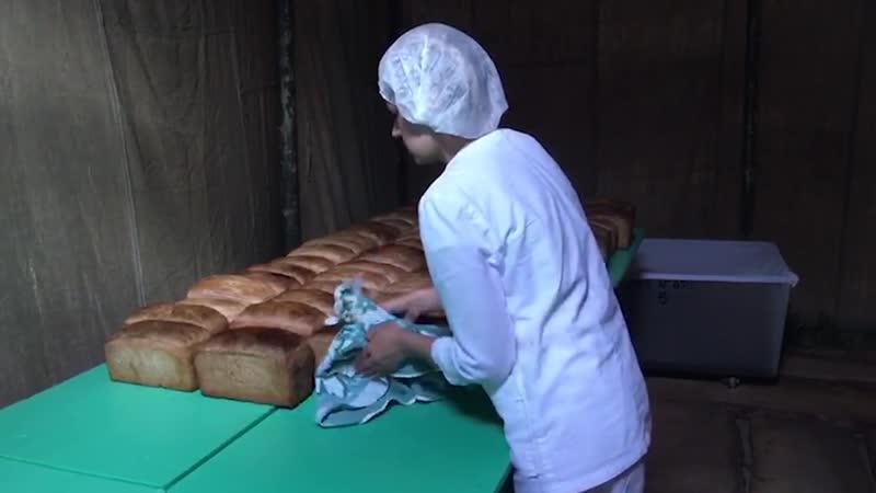 Выпечка хлеба в передвижном хлебозаводе развернутом в зоне паводка в Иркутской области