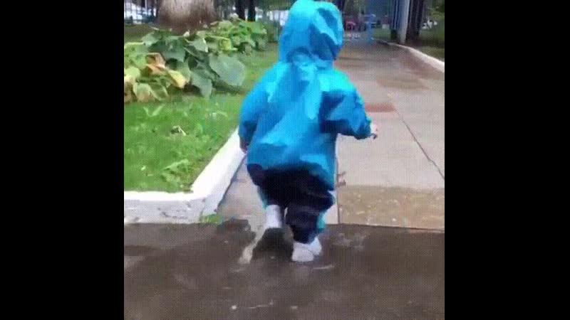 Думали, что полностью защитили ребёнка от воды...😂