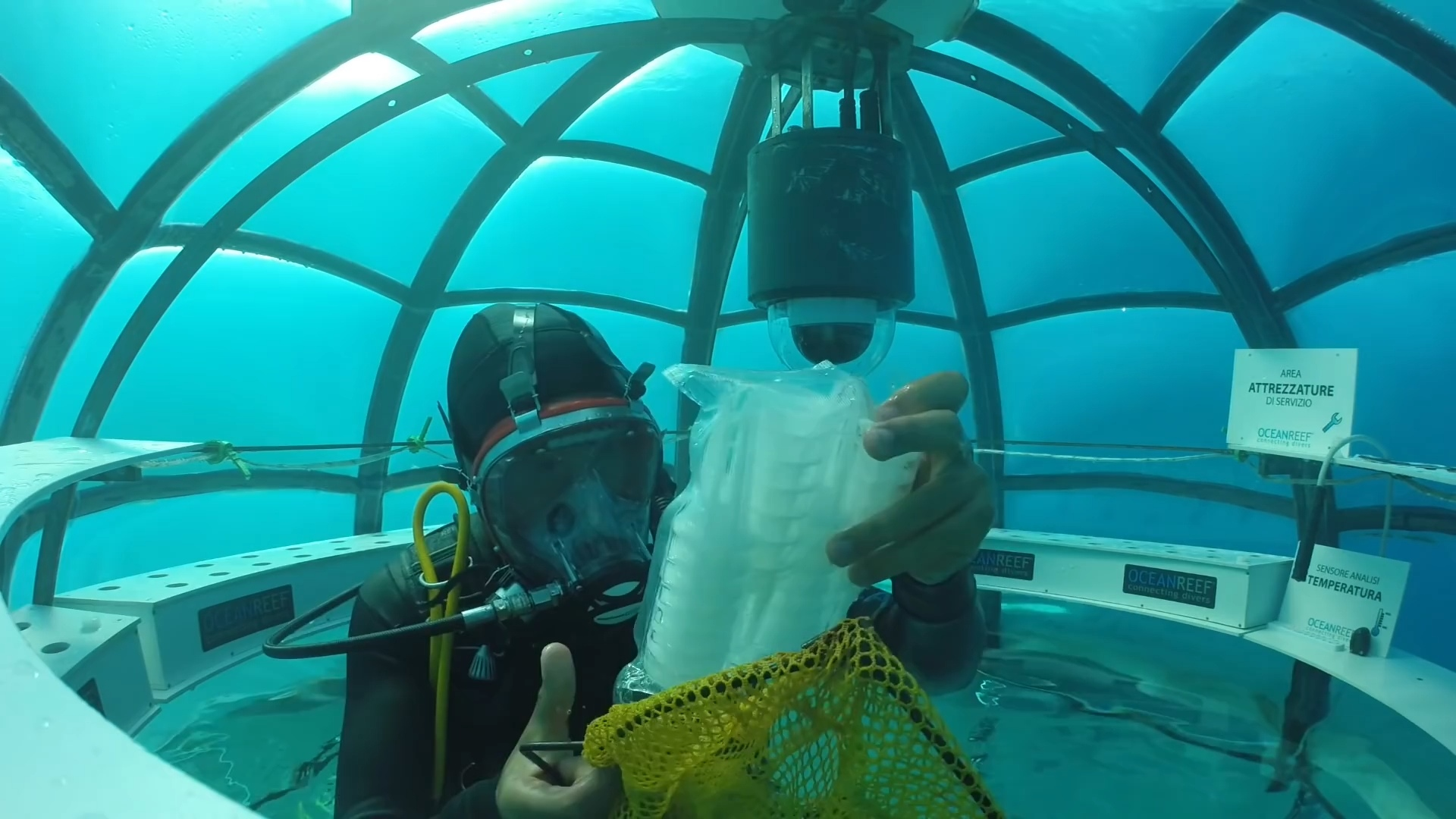 Сад Немо подводные культивации для увеличения производства продуктов питания Sergio Gemberini, генеральный директор итальянской компании Ocean Reef, создал Nemo Garden. Владелец двух компаний, занимающийся подводным плаванием в Италии и Калифорнии, во время отпуска в Ноли, придумал интересную идею выращивания растений в море. У Серхио Гамберини возникла идея сада под водой, он мечтал превратить подводное плавание в более интерактивную деятельность. Его первоначальный план состоял в том, чтобы закрепить шар гибкого материала, содержащий вазу с заводом до морского дна. К его удивлению, завод не умер и вырос. Следующим шагом было применить тот же метод, используя семена, которые прорастали в течение 36 часов. На участке площадью 15 м2 в настоящее время имеется семь биосфер, каждая из которых имеет размер комнаты. В каждой сфере насчитывается около 60 растений, питаемых гидропонными инструментами и орошаемых гравитационными системами. Это базилик, чеснок, редис, капуста и клубника, просто чтобы привести некоторые примеры. Специалисты по дайвингу склонны утверждать, что эти растения не будут иметь тех же характеристик, что и на земле. Sergio Gemberini утверждает, что «море самодостаточное, свободный инкубатор». В заливе Ноли Noli температура воды довольно стабильна и, следовательно, предлагает растениям постоянный тепловое питание. Со своей стороны, вода моря действует как фильтр, увлажняя растительный покров. В результате растения, выращиваемые под водой, являются более здоровыми и более качественными. Аромат и вкус более интенсивны, чем у растений, выращенных на Земле. Биосферы - идеальные теплицы, так как никакие паразиты не могут их достичь. Поэтому отпадает необходимость в пестицидах или других химических веществах. Естественное испарение обеспечивает испарение пресной воды внутри сфер, позволяет систематически орошать растения. Кроме того, эксперименты показали, что эти растения растут быстрее, чем их терригенные коллеги. Серхио Гамберини работает с экспертами в об