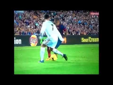 Cristiano Ronaldo levando uma caneta do Daniel Alves