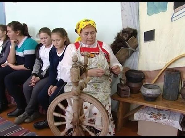 Школьников Шарыповского района учат на занятиях сбивать масло и работать на прялке