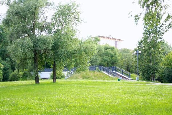 Заливной луг кончается чугунным пешеходным мостом через Яузу. Архитектурный ансамбль прошлого моста выдержан той же решёткой.