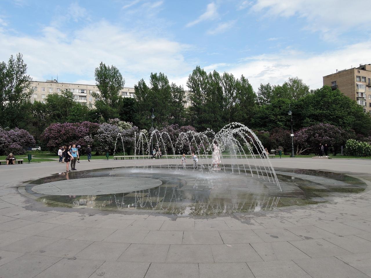 фонтан в сиреневом саду