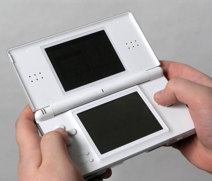Портативная видеоигра, на которую подается питание от сети переменного тока.