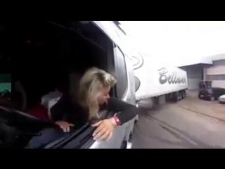 Девушка за рулем фуры.