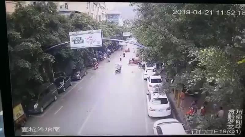 В Китае гусь устроил атаку с воздуха и въебался в девушку на мопеде.