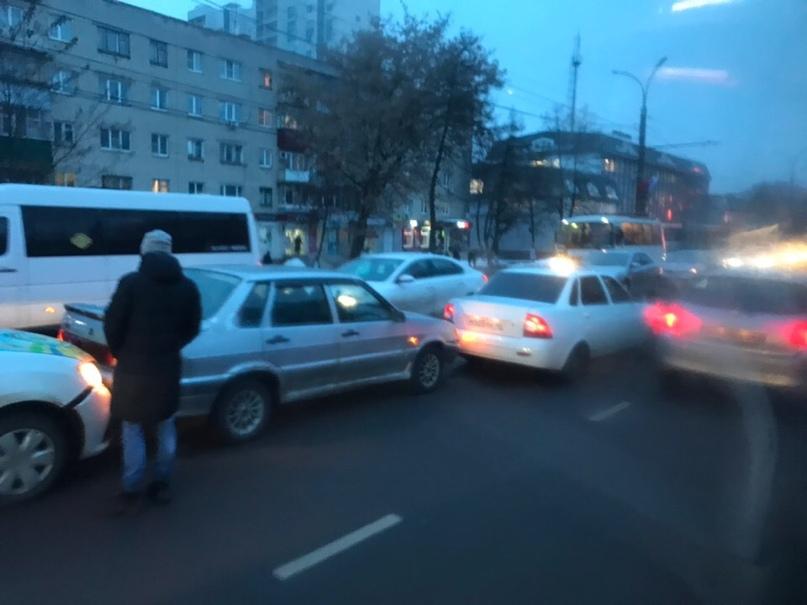 В центре Курска опять столкнулись три машины