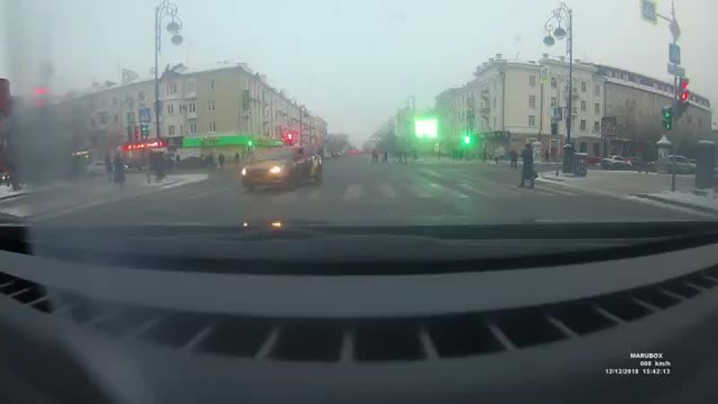 В Тюмени водитель Яндекс Таксинарезал круги на «зебре», мешая пешеходам