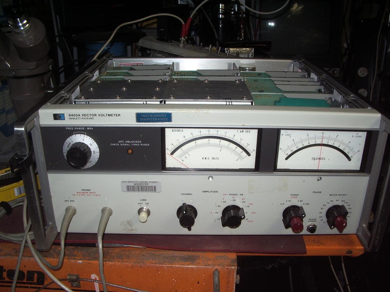 векторный вольтметр один из классических инструментов золотого века от HP. В руководстве приведены даты проектирования и производства с 1966 года. Интегральных схем нет.