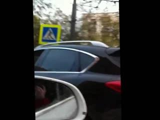 Девушка поёт пошлую песню в машине, забыв закрыть окно!)