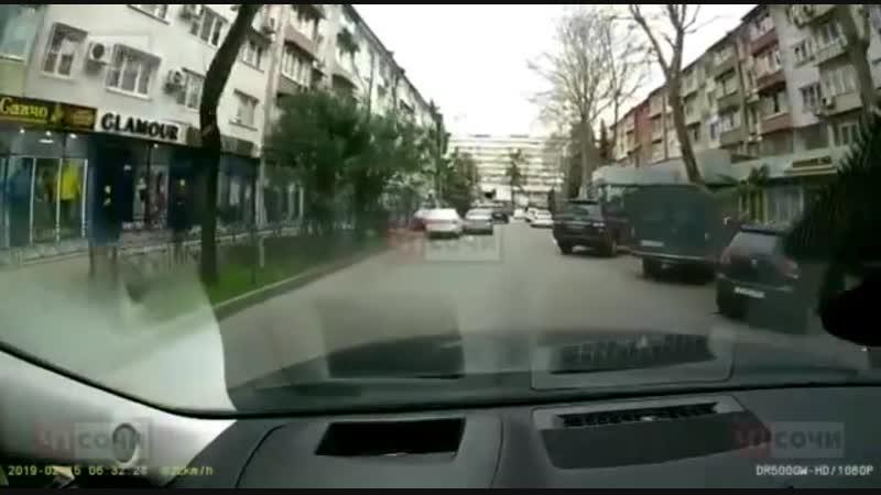 В Сочи водитель наехал на авто