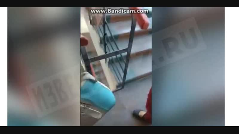 На видео студенты и преподаватели спускаются по лестнице чтобы попасть во двор учебного заведения слышны выстрелы