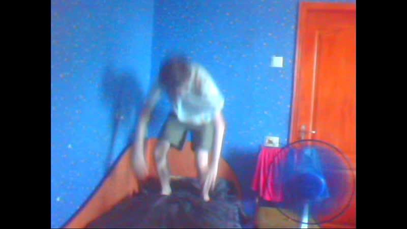 мальчик вытворяет нереальные трюки с прыжком назад и вперёд