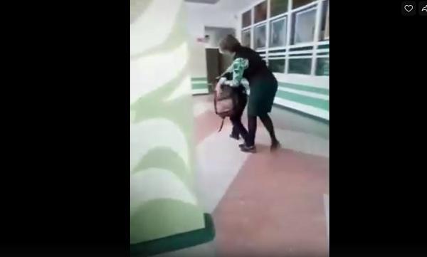 Учительница ударила мальчика. Но тут не все однозначно В Комсомольске-на-Амуре учительница выдала школьнику 9-ти пару плюх. Интернет взорвался негодованием, но не все так однозначно.Учитель с
