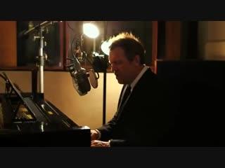 Хью Лори отличный музыкант